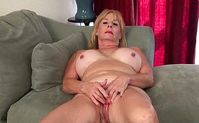 Blonde gilf Sindee Dix gives her old pussy a workout